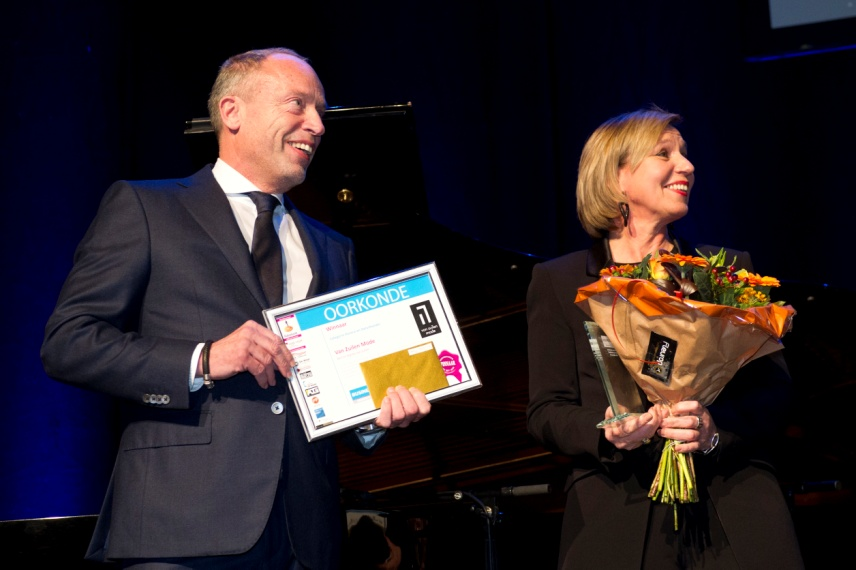 Bert van Zuilen en zijn vrouw Agnita nemen de prijs voor Onderneming van het Jaar in ontvangst.